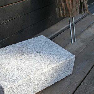 Granitsockel und Skulptur