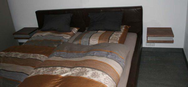 Nachttische Massivholz Blick in ein Schlafzimmer