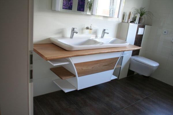Großes Badezimmer mit Waschtischbohle aus Eiche massiv