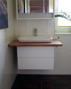Waschbecken mit Waschtischbohle im Gäste WC
