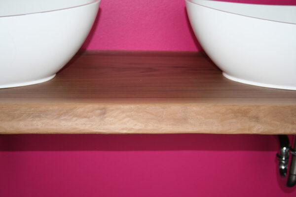 Detailansicht Waschtisch Massivholzbohle handgezogene Kante
