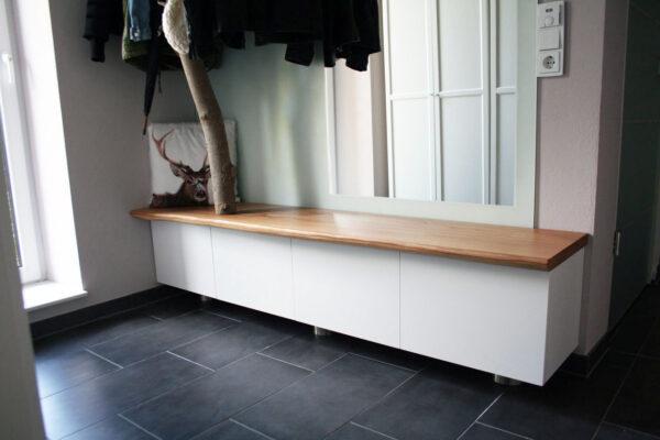 Sitzbank aus Eiche für eine Flurgarderobe im Eingangsbereich