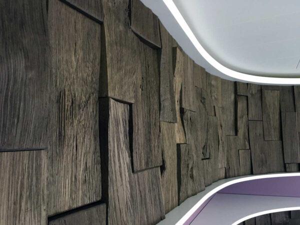 Spaltholzwand und Mineralwerkstoff im Wohnzimmer